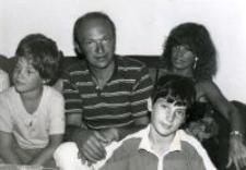 Symeon Fersztman (syn Szola Fersztmana uratowanego przez rodzinę Ostrowskich) ze swoją rodziną, Paryż, 22 stycznia 1985