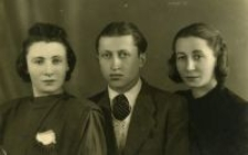 Jan Szloma Szmulewicz with the Wolfram sisters: Sabina and Elena, Lublin 1946