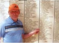 Józef Szajner przy tablicy pamiątkowej Sprawiedliwych wśród Narodów Świata w Jerozolimie, lata sześćdziesiąte XX w.