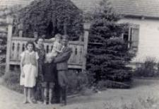 Lidia Hobbs (Damm) z przybranym rodzeństwem i Eufrozyną i Edwardem Trzeciakami. Leśniczówka Brzozowice, okres okupacji