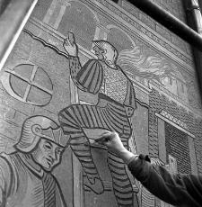 Malowanie sgraffita na kamienicy Rynek 14 w Lublinie