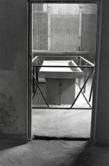 Stól sekcyjny w krematorium na terenie byłego obozu koncentracyjnego na Majdanku
