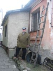 Jan Dąbski in front of the building in the Lubelska street 140 in Chełm in which Jews were hidden