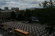 Widok urn z okna Poczty Głównej