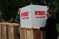 Przygotowania urn przed ich podróżą do stolic wybranych państw
