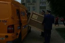 Pracownicy Poczty Polskiej transportujący zapakowaną urnę wyborczą
