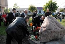 Składanie kwiatów pod pomnikiem ofiar getta w Bełżycach