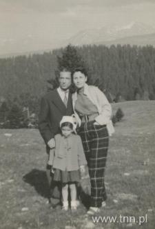 Anna Langfus z mężem i z córką na wakacjach w górach, lata 50.