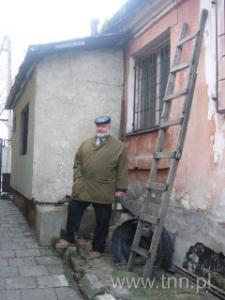 Jan Dąbski na terenie nieruchomości, w której ukrywano Żydów