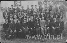 Grono nauczycielskie i absolwenci Szkoły Powszechnej w Grabowcu w 1934 roku