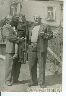 Marek Golecki na rękach swojego ojca Ludwika Goleckiego