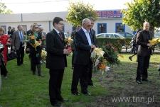 Nimrod Ariav podczas składania kwiatów pod pomnikiem ofiar getta w Bełżycach
