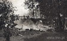 Palący się młyn i most