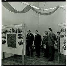 Skan Negatywu, 1 - 12 I sekretarz KW PZPR Piotr Karpiuk oraz delegacja z Brześcia w czasie zwiedzania wystawy ZAWSZE RAZEM