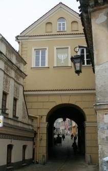 Brama Grodzka z symbolem chanukiji