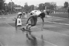 Konkurs biegów na stadionie miejskim w Lublinie - wyjście z bloków startowych