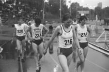 Konkurs biegów kobiet na stadionie miejskim w Lublinie podczas deszczu - zmęczenie po biegu