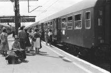 Dworzec PKP w Lublinie - pasażerowie wsiadający do pociągu