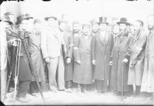 Grupa mężczyzn z fotografem