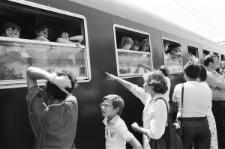 Pasażerowie wsiadający do pociągu na dworcu PKP w Lublinie