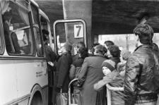Dworzec PKS w Lublinie - pasażerowie wsiadający do autobusu