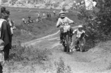 Zawody motocrossowe na Górkach Czechowskich w Lublinie - podjazd uczestników na wzniesienie