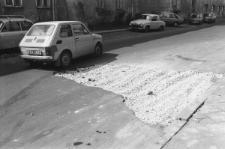 Dziura w drodze wypełniona żwirem