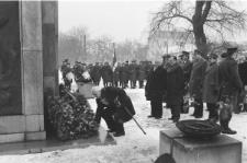 Skan Negatywu, 1 - 30 Składanie wieńców przedpomnikami na pLacu Litewskim w 65 rocznicę powstania Armii Radzieckiej